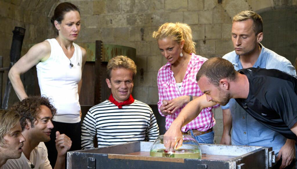 AVVISER FYLLESTEMPEL: «Fangene på fortet»-programleder Henriette Lien (midten) sier at hun ikke kjenner seg igjen i kritikken om overdreven festing blant årets deltakere.  Foto: TV3