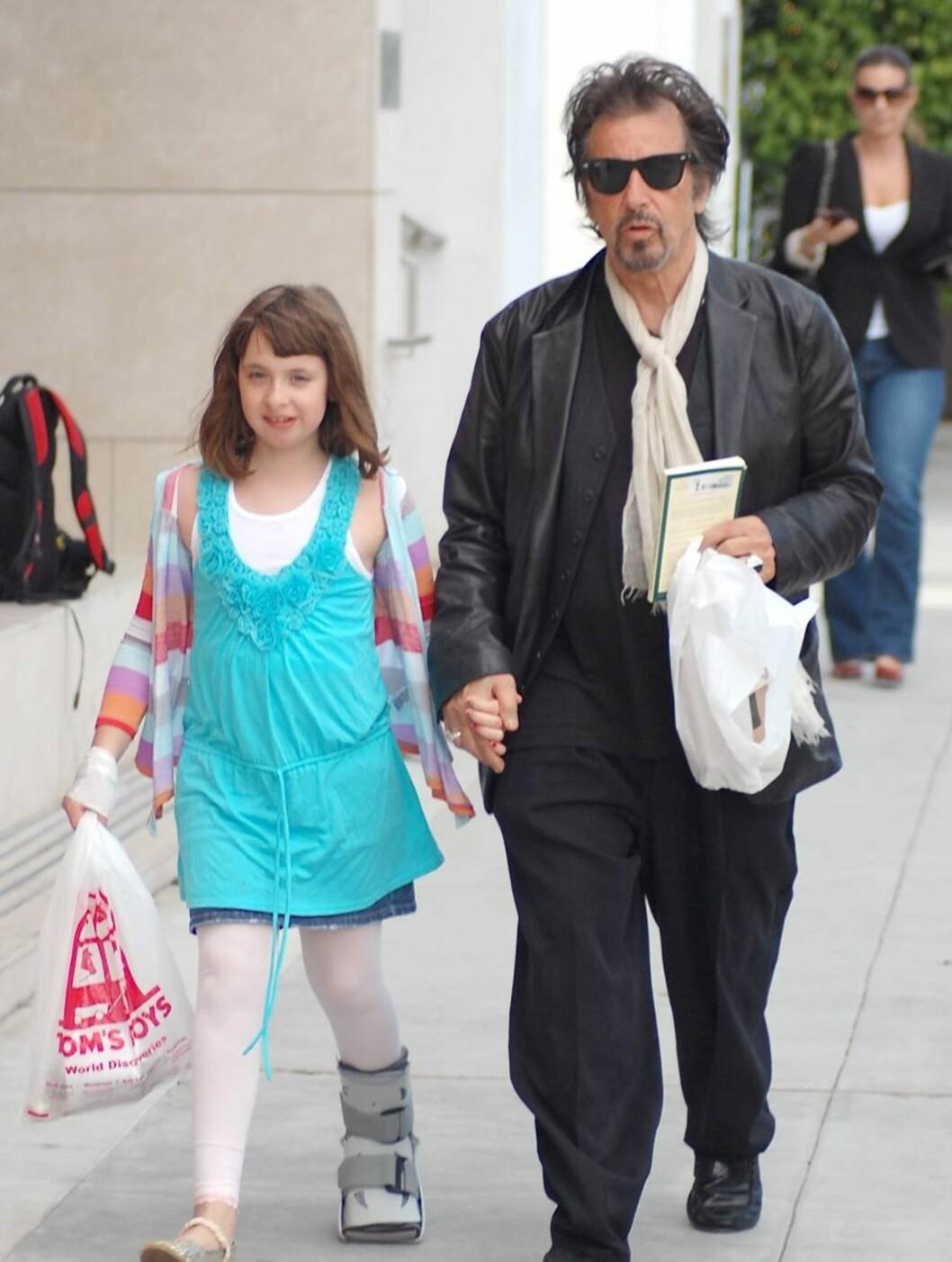OMSORG: Da datteren Olivia (10) hadde brukket benet tok pappa Pacino med yngstejenta på shopping. Foto: All Over Press