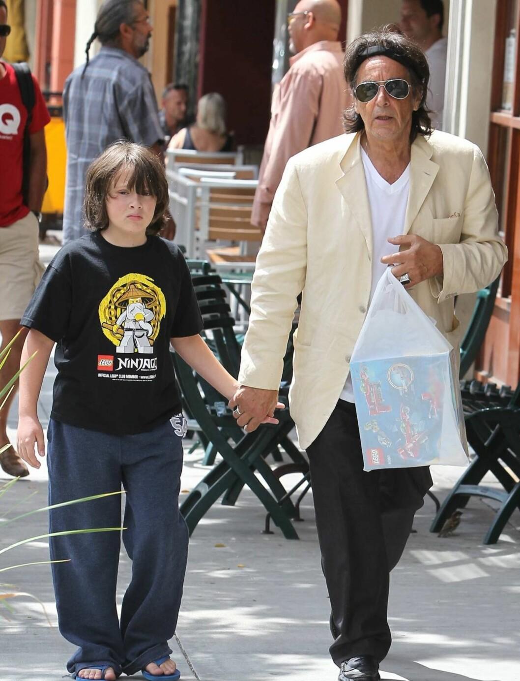 SHOPPING: Al Pacino tok med sønnen Anton (10) på LEGO-shopping. Foto: All Over Press