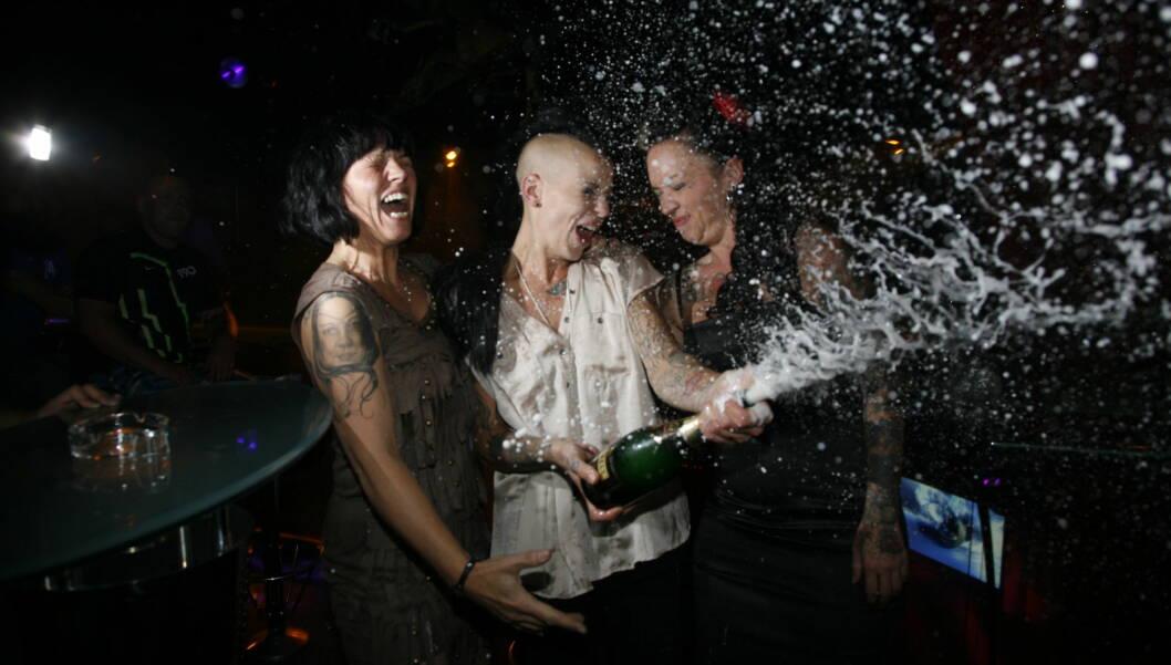 SEIERSRUS: Charlotte Marie Aulie feiret seieren sammen med moren Britt og kona Anne-Kristine.  Foto: Arne-Petter Lorentzen
