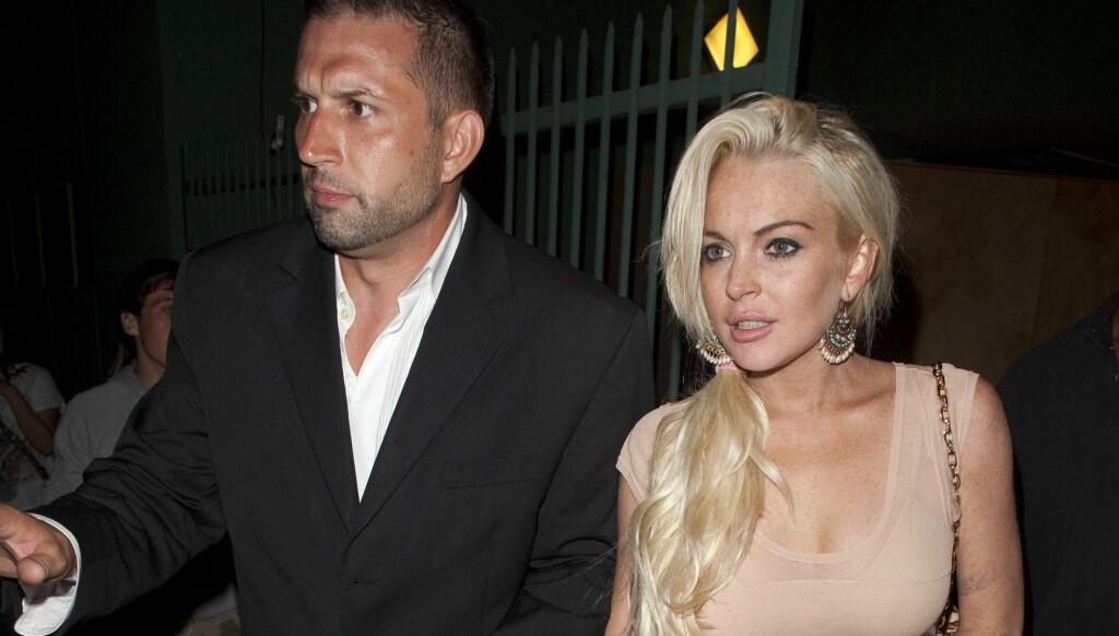 PÅ SJEKKER'N: Lindsay Lohan har blitt koblet til minst tre menn de siste månedene. Her er hun på date med en ukjent mann.  Foto: All Over Press