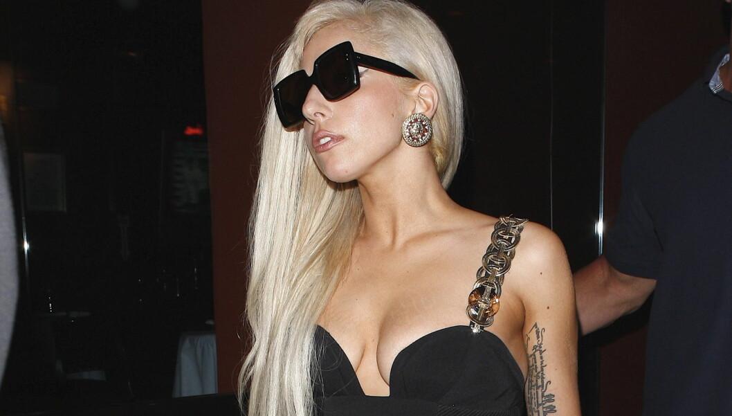 FRA EKSTREM TIL NORMAL: Lady Gaga vekker nå oppsikt på grunn av sine tilnærmet normale kjoler. Her avbildet på middag i Beverly Hills forrige uke.  Foto: All Over Press