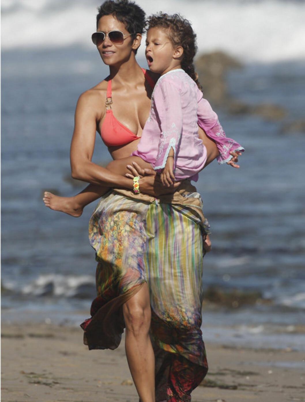 <strong>KOSTE SEG:</strong> Halle Berry og datteren Nahla hadde kvalitetstid sammen da stjernen feiret 45-årsdagen sin i Malibu i helgen. Foto: All Over Press