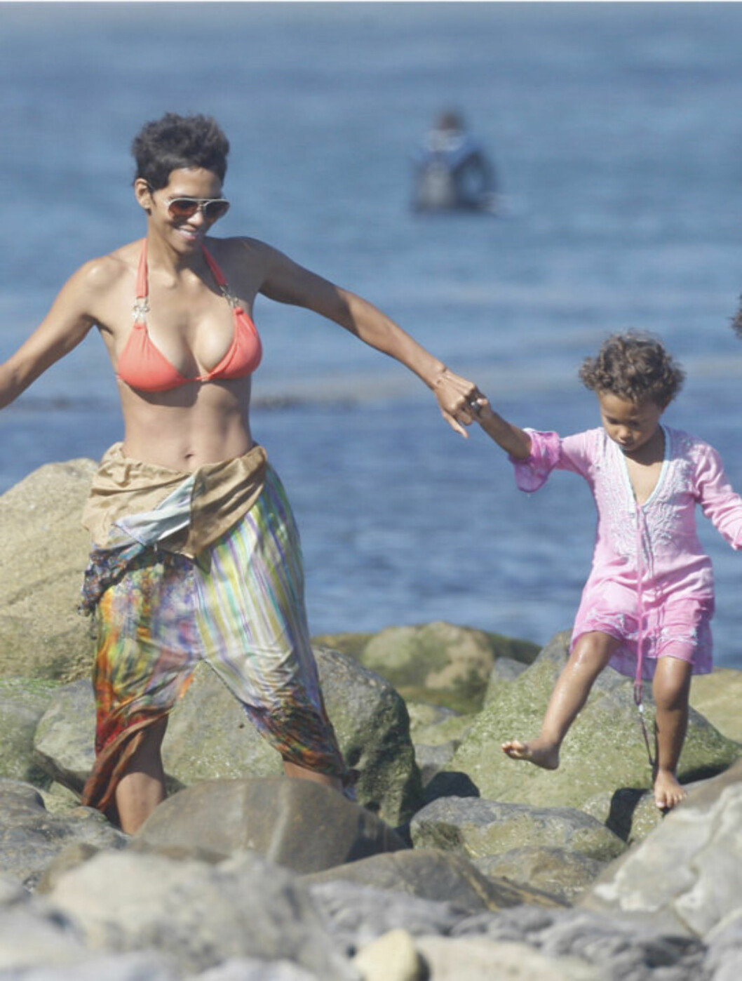 <strong>STRANDTUR:</strong> Halle Berry og datteren Nahla tok seg tilsynelatende en liten oppdagelsesferd i vannkanten nedenfor stjernens strandhus i Malibu. Foto: All Over Press