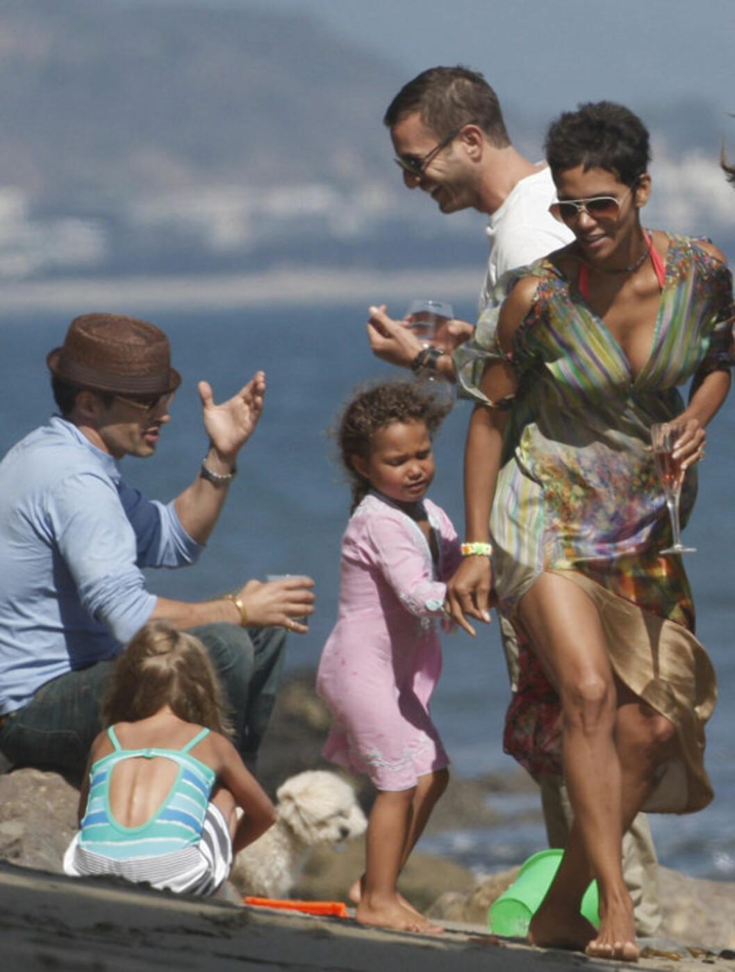 <strong>FEIRET:</strong> Både venner, datteren Nahla og kjæresten Olivier Martinez (t.v) var med på feiringen av Halle Berrys 45-årsdag i helgen. Det gikk i både drinker, lek og moro med barna.  Foto: All Over Press