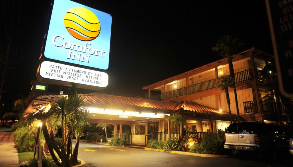 HOTELLET: Det var på dette hotellet i Woodland Hills i California at rockestjernen ble funnet død torsdag denne uken.  Foto: All Over Press