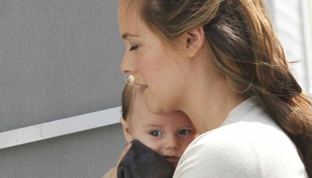 MED PÅ JOBB: Skuespiller Alicia Silverstone tok med seg sønnen på filmsettet til «Gods Behaving Badly» i Brooklyn i New York mandag. Foto: Stella Pictures