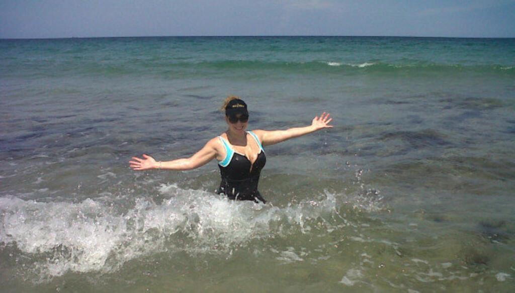 SVØMMER: Mariah Carey tar i bruk havet for å bli kvitt de overflødige babykiloene.  Foto: Twitter