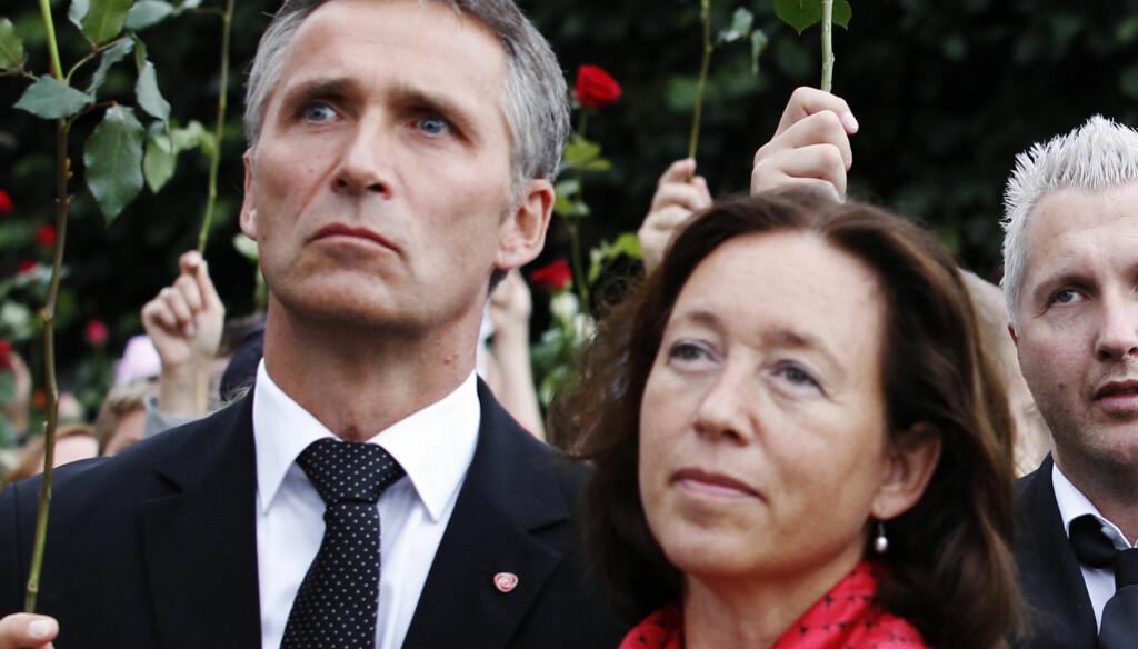 SAMMEN I SORGEN: Kona Ingrid Schulerud har stått ved statsminister Jens Stoltenbergs side i begravelsene til flere av terrorofrene fra Utøya og minnemarkeringer etter terroraksjonene 22. juli. Foto: Scanpix