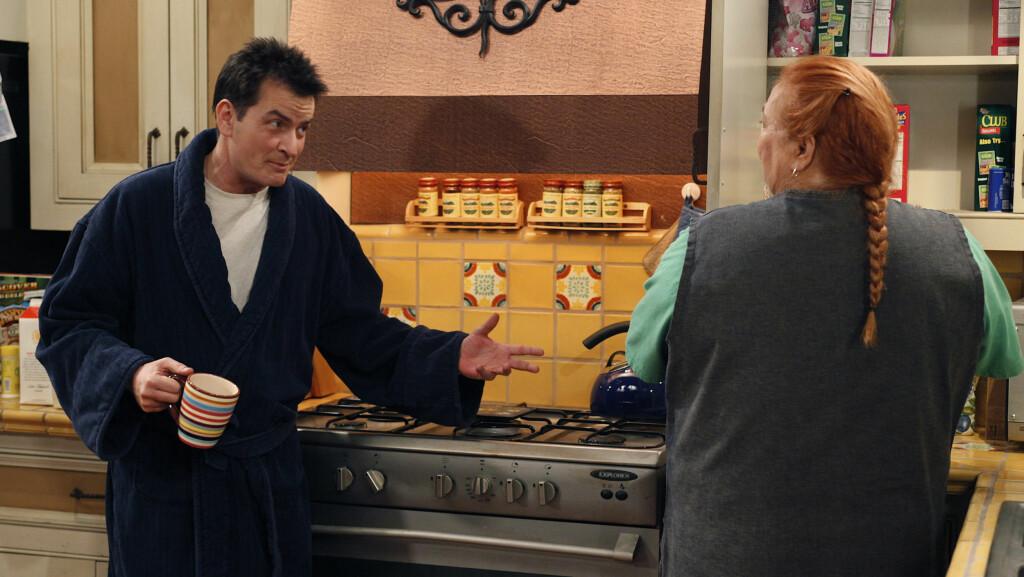OVER OG UT: Døren er ettertrykkelig stengt for Charlie Sheen når det gjelder et mulig comeback i «Two and a half men». Ifølge UsMagazine.com begraves han i den første episoden av den nye sesongen. Foto: TV3