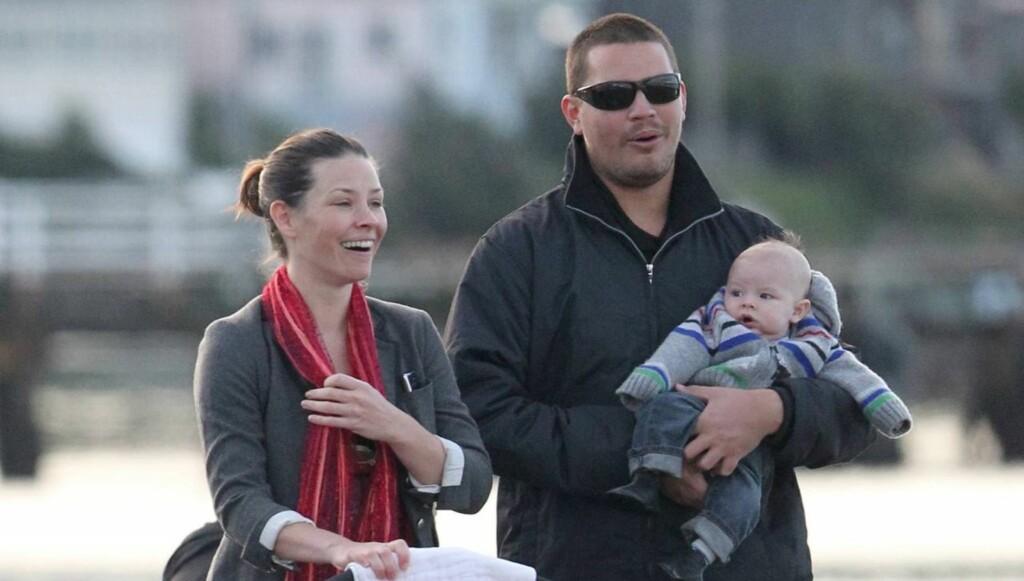 NAVNLØS: Evangeline Lilly og kjæresten Norman Kali er på trilletur med den navnløse babyen i Wellington, New Zealand, hvor hun er med på innsillingen av «Hobbiten»-filmene. Foto: All Over Press
