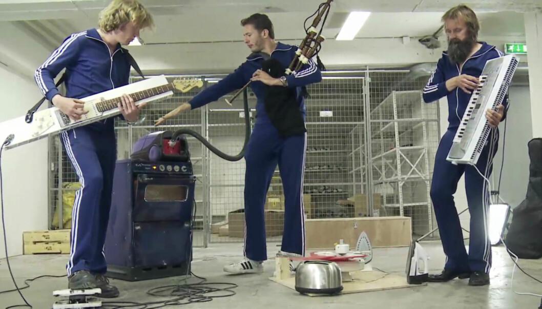 NYE INSTRUMENTER: Aslag Guttormsgaard (42), Kristopher Schau (40) og Egil Hegerberg (41) i bandet Hurra Torpedo tester sine nye instrumenter og forsterkere.