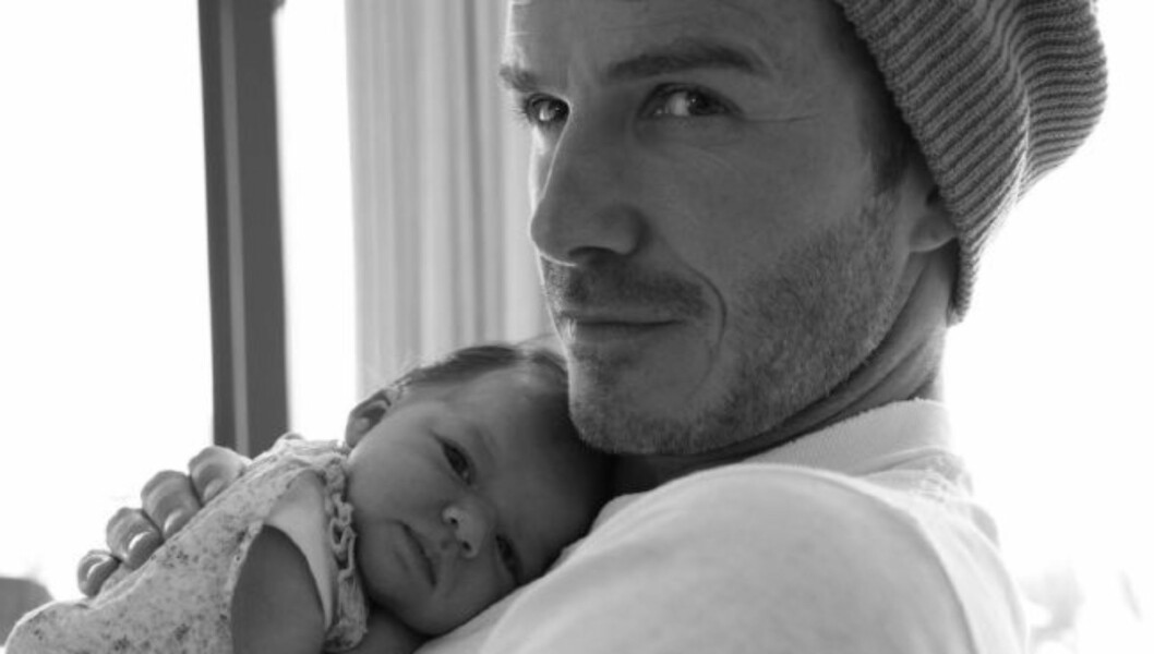 POSTET BILDE: «Jeg tok dette fantastiske bildet, og jeg ville bare dele det med dere. Baby Harper som koser med pappa!», skriver Victoria Beckham på Twitter. Foto: Twitter
