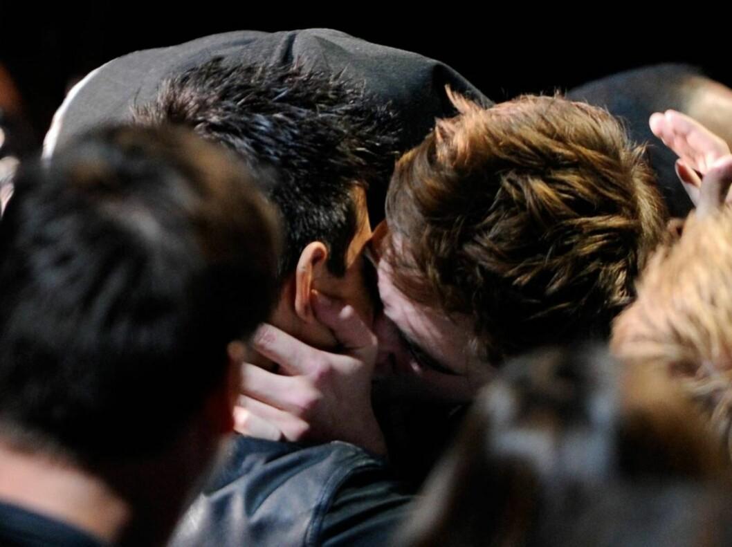 HETT KYSS: «Twilight»-stjernene Robert Pattinson og Taylor Lautner kysser hett under årets MTV Video Music Awards. Foto: All Over Press