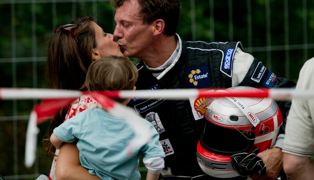 KLINTE TIL: Prins Joachim la ikke skjul på at han er mer forelsket enn noensinne i sin vakre kone Marie, da han møtte henne under et løp for gamle sportsbiler i København lørdag. På armen bar hun parets sønn prins Henrik (2). Foto: Stella Pictures