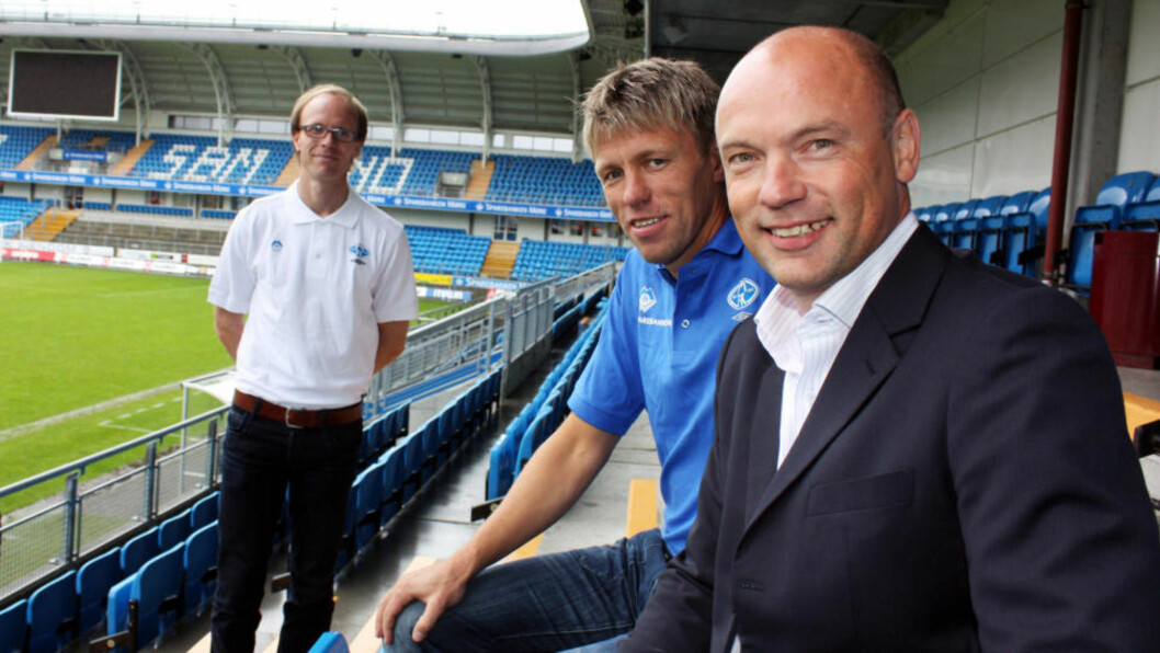 <strong>NY KORTTIDSJOBB:</strong> Moldes nye trenerduo, Uwe Rösler (til høyre) og Gunnar Halle, på plass på Aker stadion i dag. I bakgrunnen klubbdirektør Tarje Nordstrand Jacobsen. Foto: Kjell Herskedal / Scanpix
