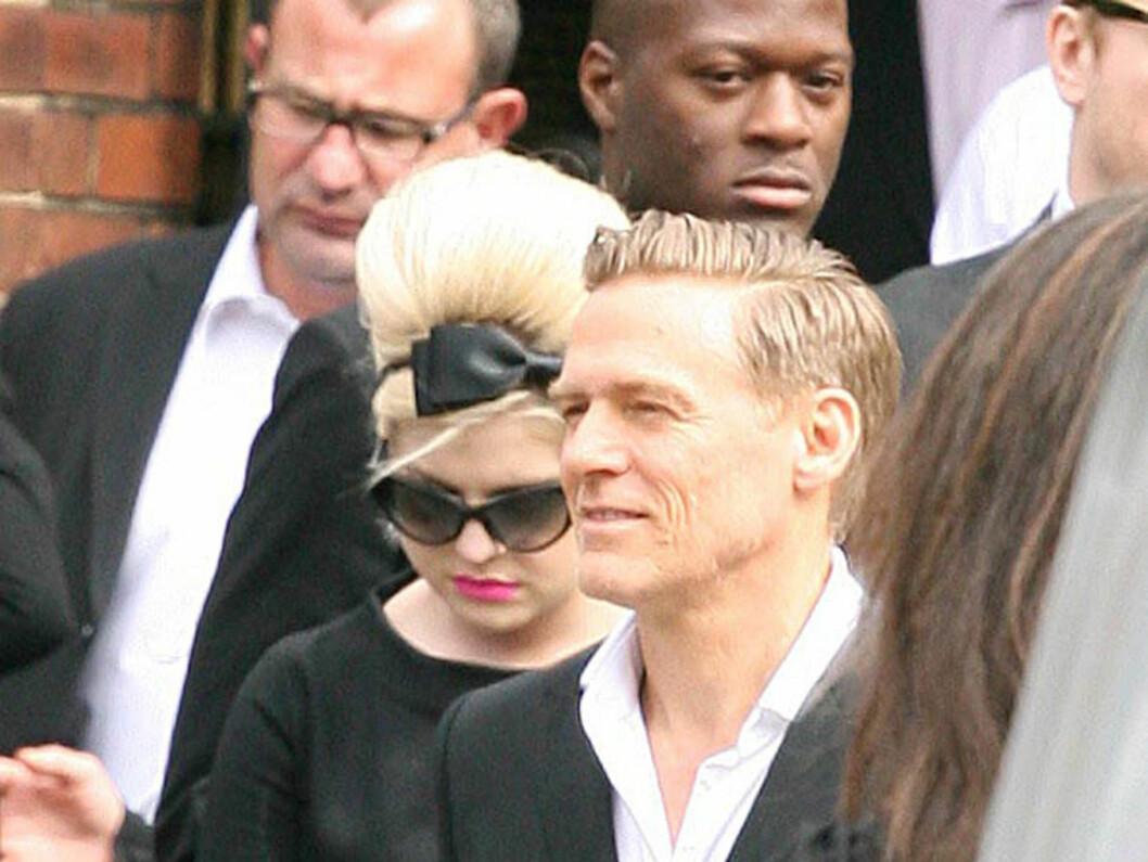 SØRGER OVER VENNINNEN: Kelly Osbourne og Bryan Adams var to av kjendisene som hadde funnet veien til Edgwarebury kirkegård i London for å ta farvel med med sangstjernen.  Foto: STELLA PICTURES