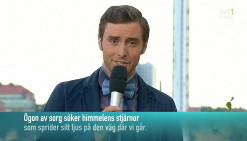 MINTES OFRENE: Programleder for «Allsang på Skansen», Måns Zelmerlöw, innledet tirsdagens sending med en sang dedikert til Norge.  Foto: SVT