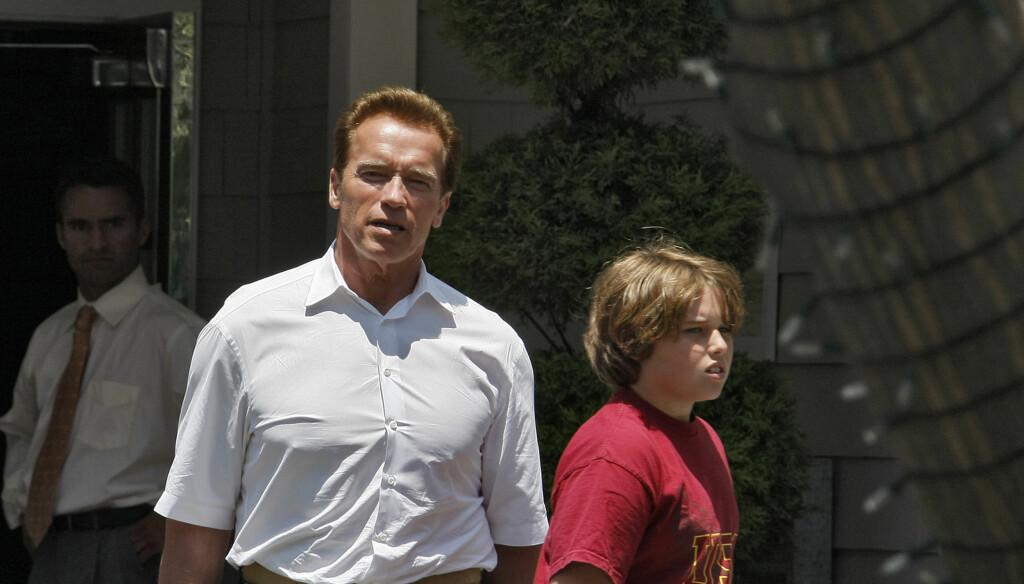 STYGT SKADET: Arnold Schwarzeneggers 13 år gamle sønn Christopher (t.h) var forrige helg involvert i en  alvorlig surfeulykke i Malibu. Etter flere dager på intensiven, skal han nå være utenfor fare. Her er far og sønn avbildet sammen i Santa Monica Foto: Stella Pictures