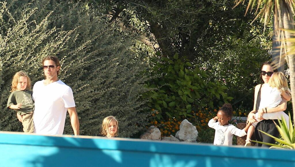 VEKKER OPPSIKT: Uansett hvor Brad Pitt, Angelina Jolie og barna ferdes blir det stor oppstandelse.  Foto: All Over Press