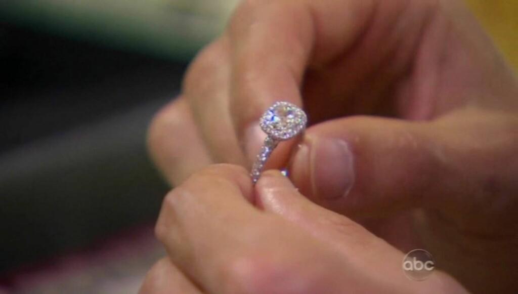 320.000 KRONER: Her er forlovelsesringen. Den er verdt 320.000 kroner. Foto: All Over Press