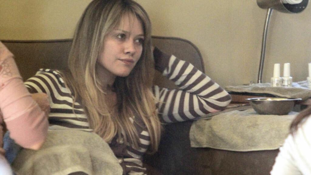 LATER SEG?: De nye bildene av Hilary Duff i bikini på ferie i Italia høster stygge kommentarer på TMZ.com. Én leser mener at stjernen bør bruke mer tid i treningsstudioet enn i skjønnhetssalonger - her får hun manikyr på salongen Bellacures i Stud Foto: All Over Press