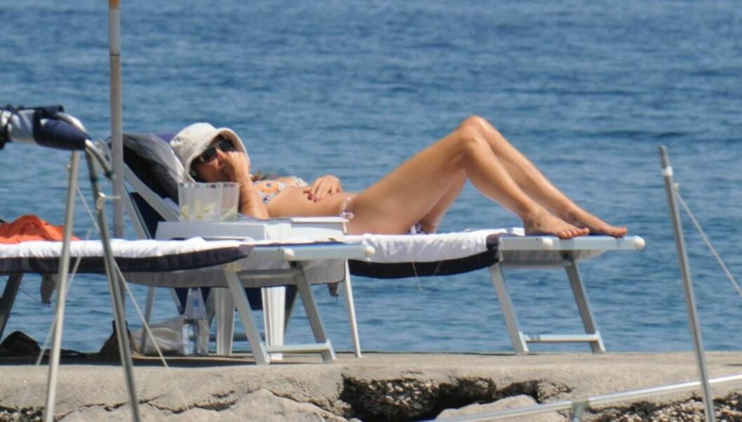 VISER KROPPEN: - Jeg har ingen problemer med å vise kroppen min. Jeg er dansk, og alle er nakne på stranda. Vi bryr oss ikke i det hele tatt, uttalte Helena Christensen for to år siden. Her er beviset for at hun ikke løy... Foto: All Over Press