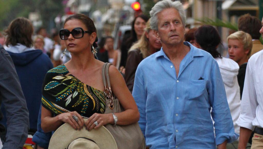 PÅ FERIE: Cathrine Zeta-Jones og ektemann Michael Douglas var nylig på ferie i Italia hvor det ble avslørt at Douglas har begynt å røyke igjen.  Foto: STELLA PICTURES