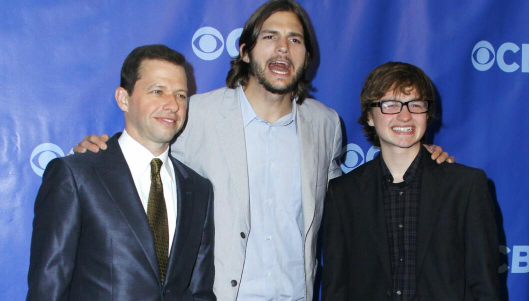 NYE VENNER: Jon Crier (t.v) og Angus T. Jones (t.h.) er glade for å ha fått Ashton Kutcher som erstatter for Charlie Sheen i TV-serien «Two and A Half Men».  Foto: Stella Pictures