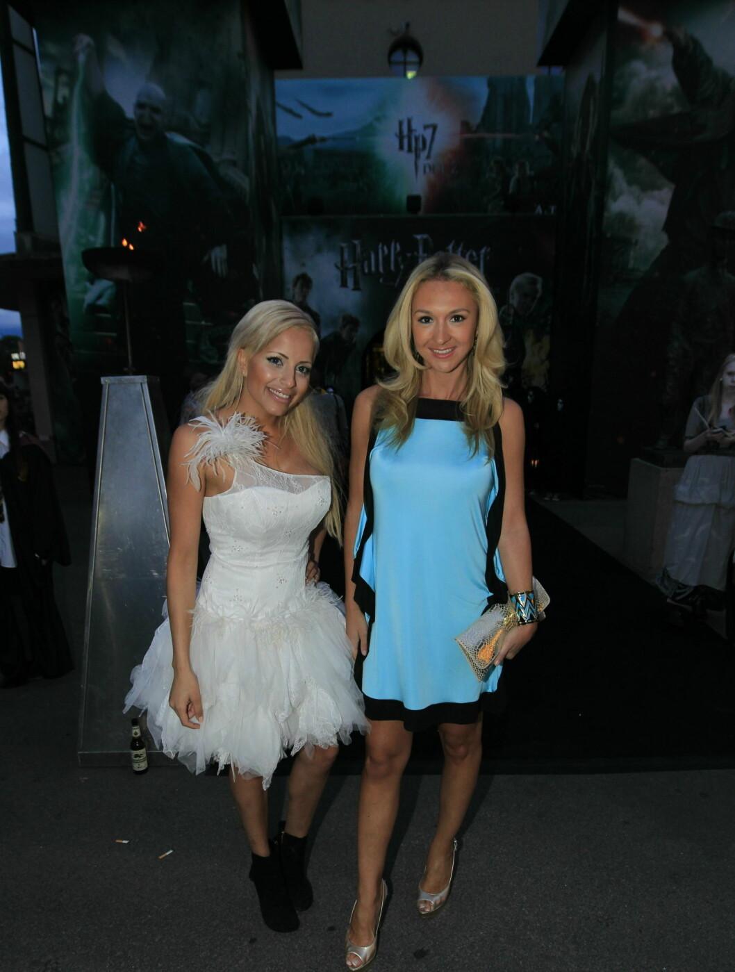 FESTET SAMMEN: Linni Meister hadde på seg Pia Haraldsen kjole når de to ankom Colosseum kino tirsdag. Foto: Scanpix