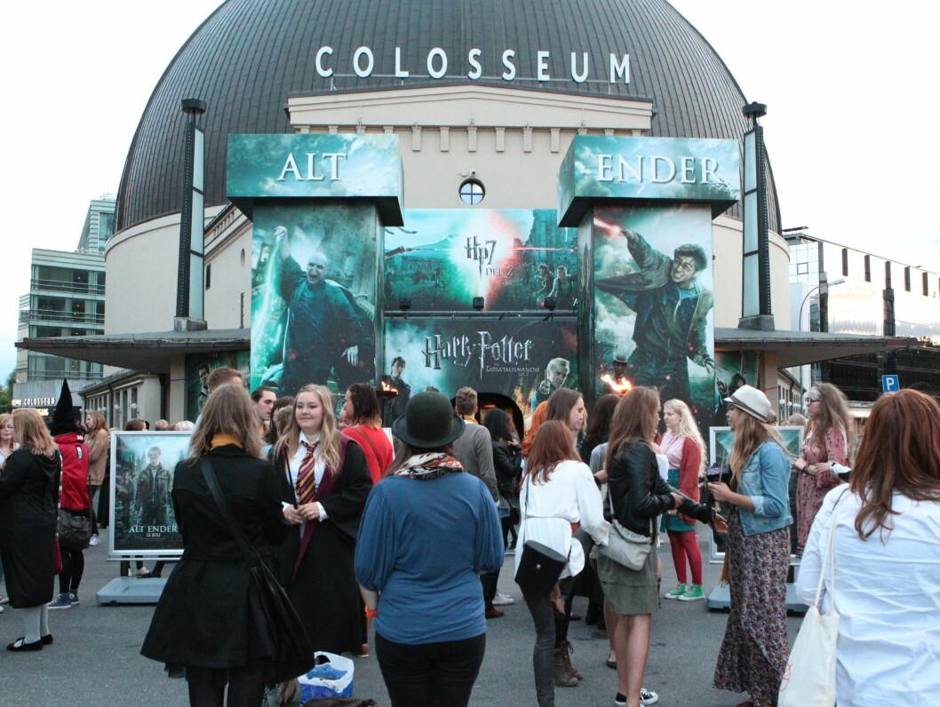 FOLKSOMT: Norske Harry Potter-fans hadde gledet seg til tirsdagens premiere, og møtte villig fram for å ta farvel med Harry. Foto: Stella Pictures