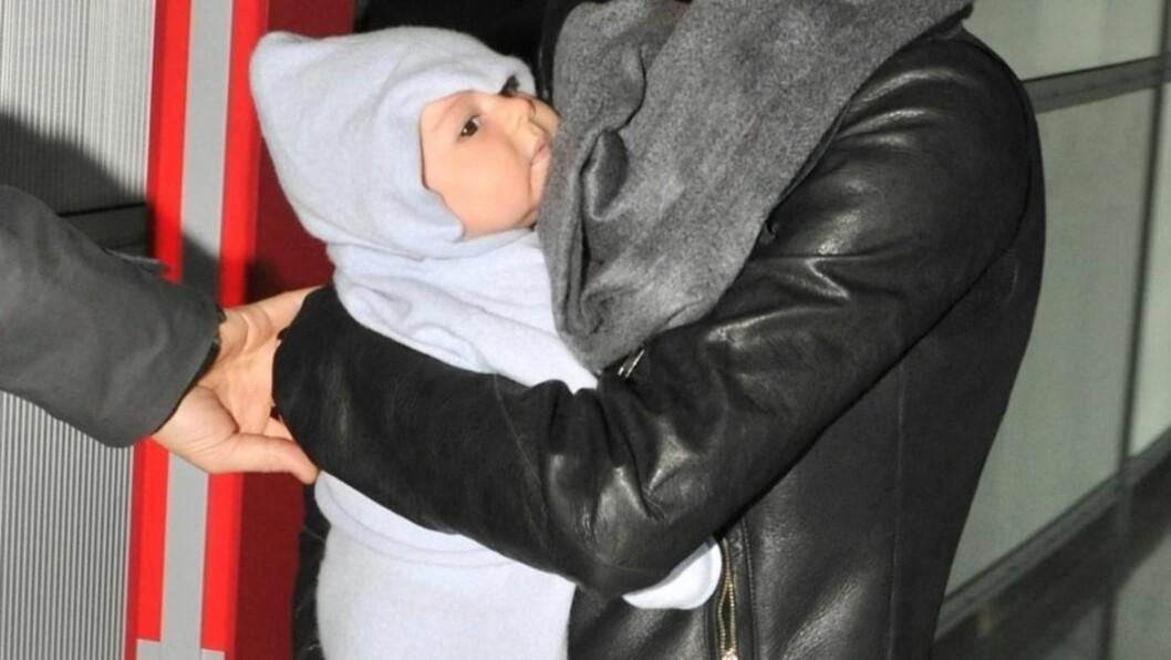 TRYGG: Lille Floyd er trygg og glad i mors armer. Foto: STELLA PICTURES