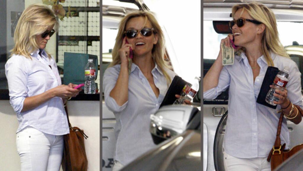 GRAVID?: Bildene av en entusiastisk Reese Witherspoon som her angivelig forlater en time hos gynekologen sin, får X17online til å spekulere i om hun kan være gravid med det første barnet til sin ferske ektemann Jim Toth.  Foto: All Over Press