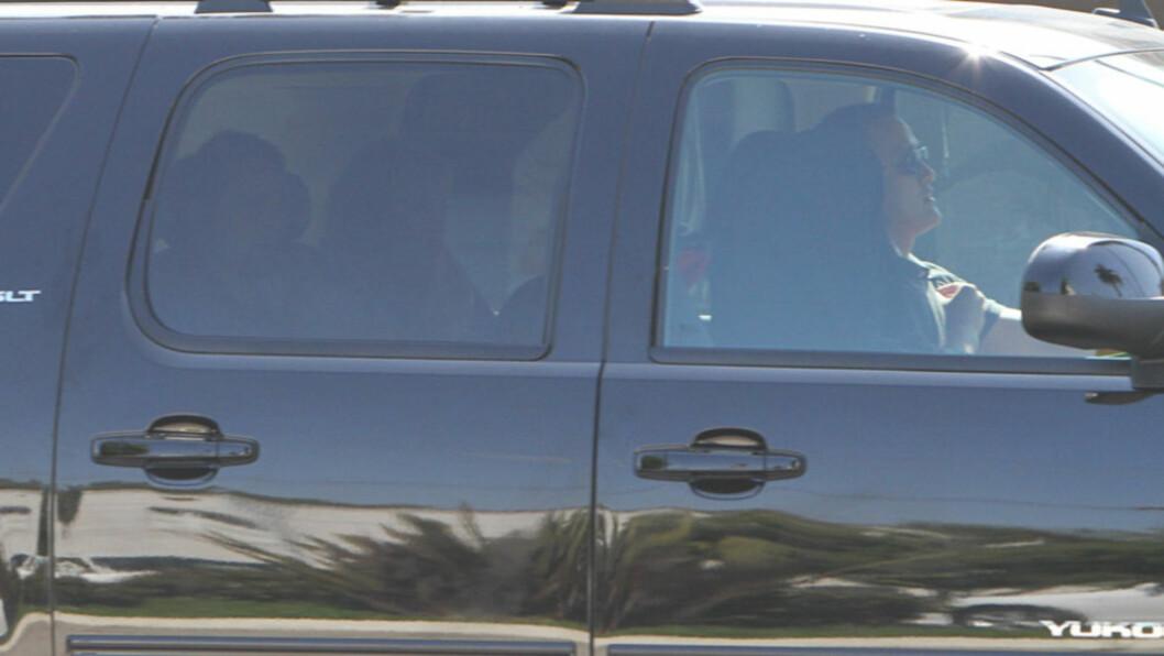 PÅ VEI HJEM: Her er de nybakte foreldrene Matt Bellamy (t.v) og Kate Hudson - og deres nyfødte sønn - på vei hjem fra fødeavdelingen ved Cedars-Sinai-klinikken i Los Angeles mandag. Den lille familien ble kjørt av en ikke navngitt mannlig sjåfør ( Foto: All Over Press