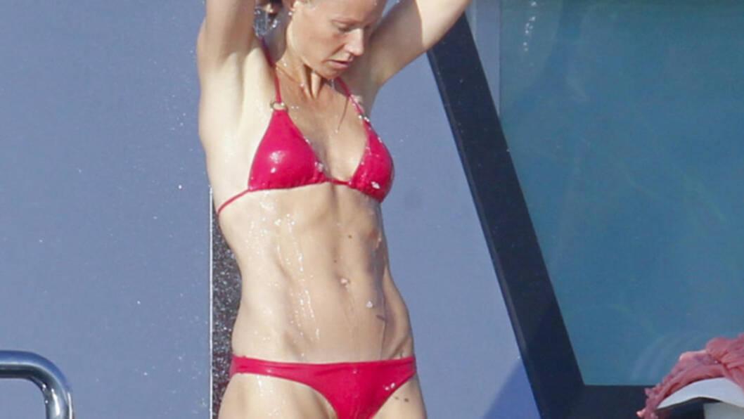 SEXY: Skuespiller Gwyneth Paltrow viste frem sin vaskebrettaktige mage og veltrente kropp på badeferie på Sardina denne uken. Sammen med henne på Steven Spielbergs luksusyacht var de to barna hun har med ektemannen Chris Martin - som derimot ikke var t Foto: Stella  Pictures