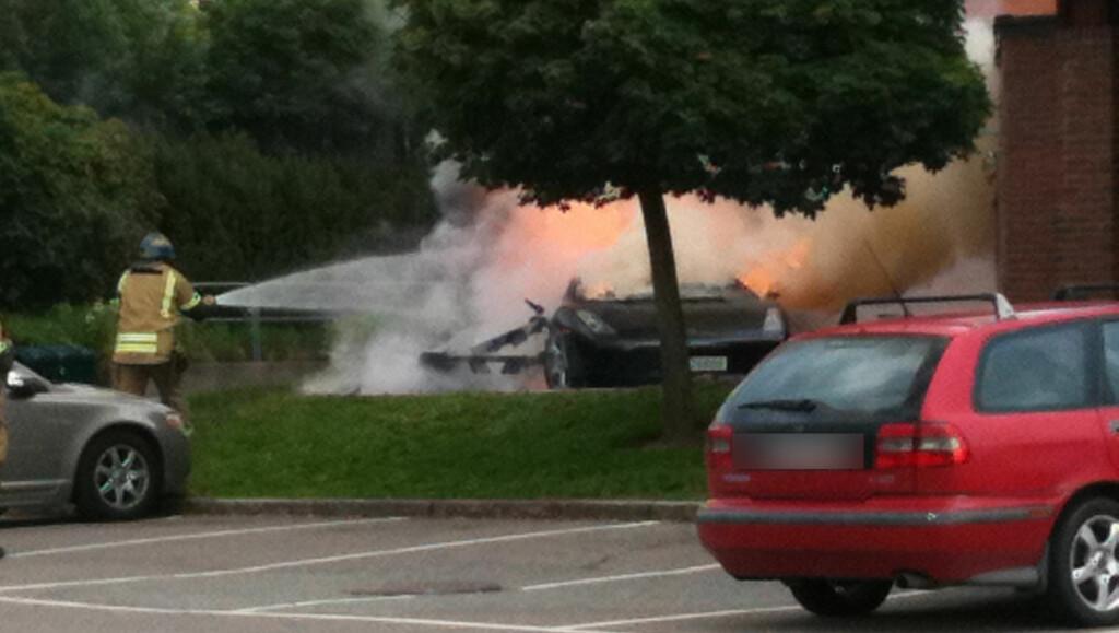 OLJESØL: - Vitnebeskrivelser tilsier at det har vært oljelekkasje i bilen. sier etterforskningsleder i branngruppen, Terje Bechmann Dahl. Foto: Seher.no-tipser