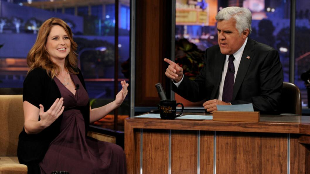 <strong>TV-STUNT:</strong> Skuespiller Jenna Fischer, som er omtrent et halvt år på vei med sitt første barn, avslørte det kommende barnets kjønn da hun gjestet «The Tonight Show» med Jay Leno (t.h) tidligere denne uken.  Foto: All Over Press