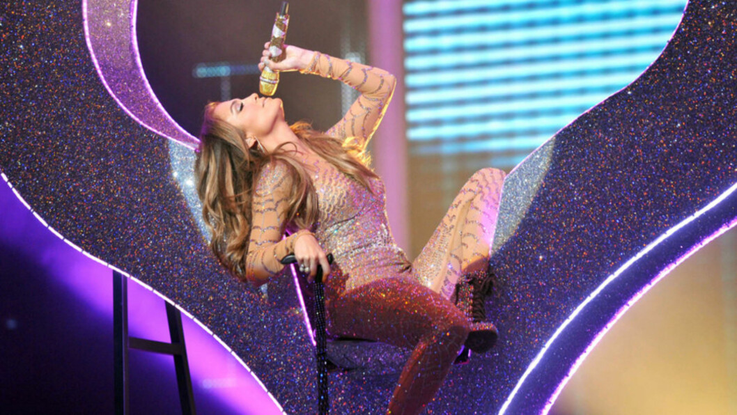 SEXY: Jennifer Lopez' ektemann Marc Anthony, som hun nå skal skilles fra, skal ha avskydd imaget hennes som sexsymbol. Her opptrer J-Lo under franske «X-Factor» i juni - om dette var et anstendig sceneantrekk, ifølge Anthony, vites ikke...   Foto: Stella  Pictures