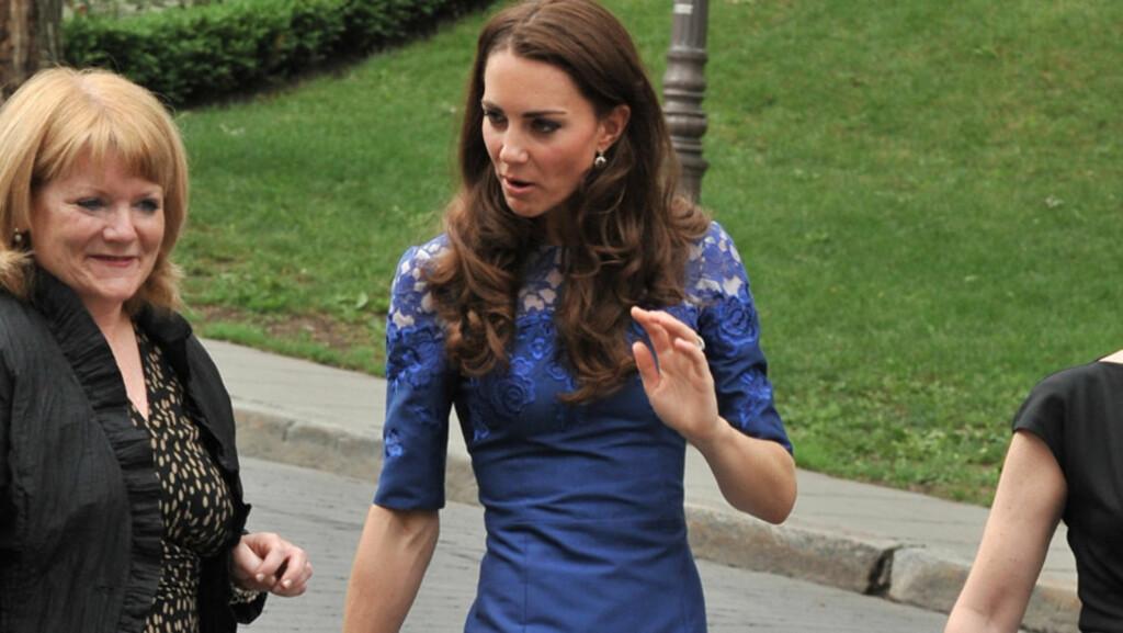SYLSLANK: Hertuginne Kate har alltid hatt en slank figur, men de siste månedene er hun virkelig blitt sylslank. Det får spekulative slankenettsteder til å bruke manipulerte bilder av henne som «thinspiration». Her deltar hun på en seremoni utenfor r Foto: All Over Press