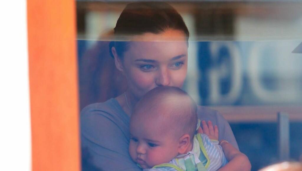 TENKTE RASJONELT: - Jeg tenkte «hvordan gjør kvinner dette?». Men hvis andre har gjort det før, da kan jeg klare det også, forteller Miranda Kerr om den svært harde og intense fødselen av sønnen Flynn. Foto: All Over Press