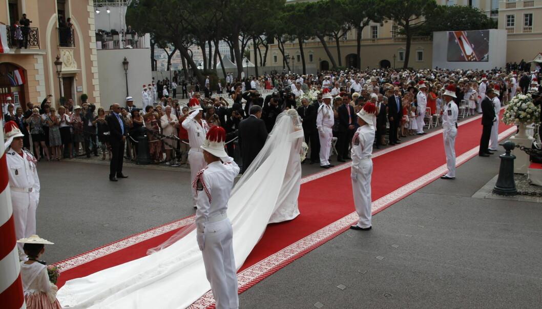LANG ARMANI: Charlene Wittstock i langt slep, som det ofte er i kongelige bryllup. Hele 20 meter langt er sløret. Foto: Scanpix