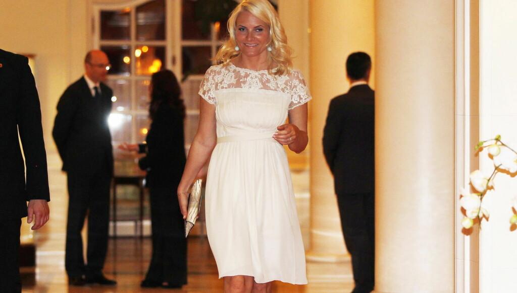 DRO HJEM TIDLIG: Likevel lot de utenlandske mediene seg sjarmere av Mette-Marits kjole. Foto: Scanpix