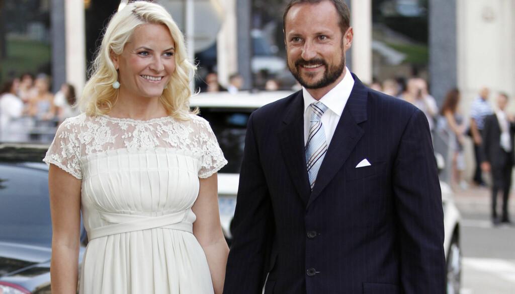 VAKKER: Kronprinsesse Mette-Marit var vakker i en kremfarget kjole. Kronprins Haakon fortalte at han gledet seg til fest. Foto: Scanpix