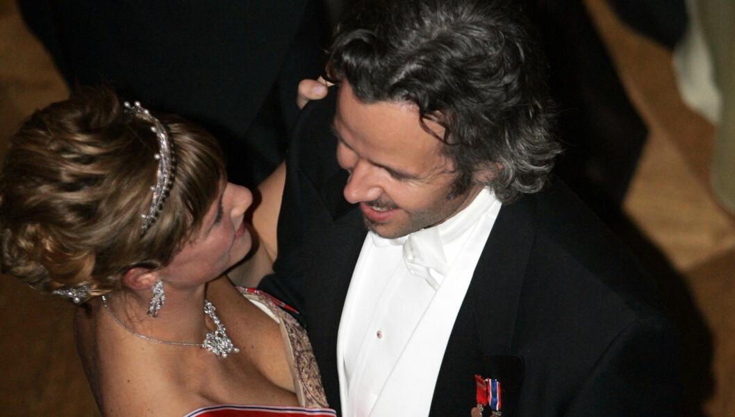 SNART 40 ÅR: Prinsesse Märtha Louise og Ari Behn svinger seg på gulvet under ballet på Slottet etter en gallamiddag i 2007. 24. september holder de selv fest på slottet.  Foto: SCANPIX