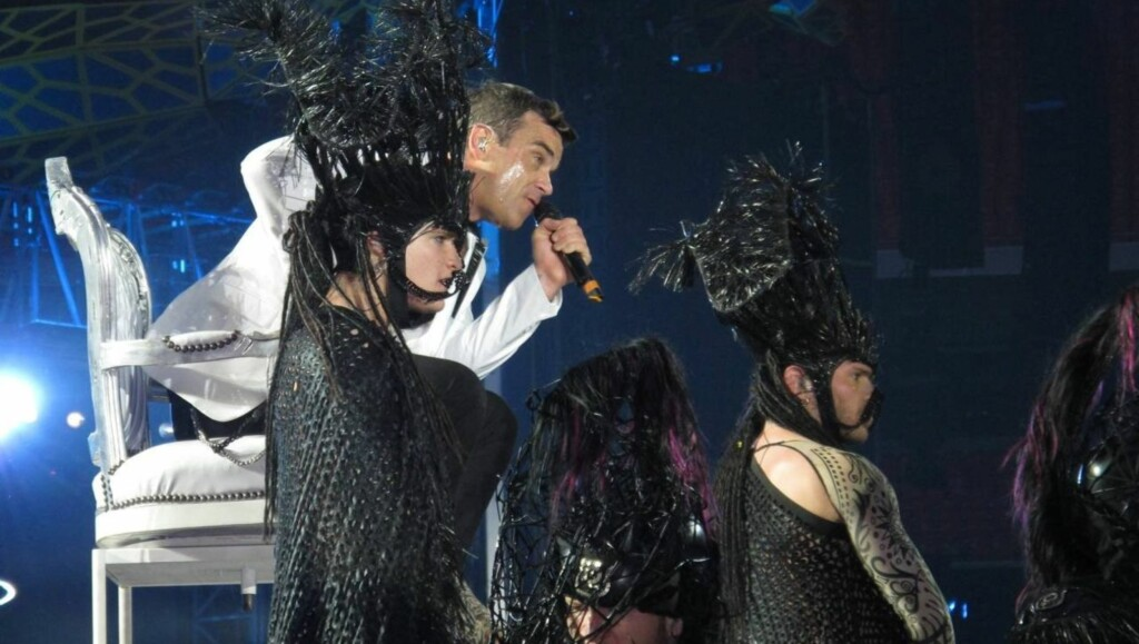 FØLELSESLADET: Take That-stjernen Robbie Williams ba publikum be med ham under fremføringen av låta «Angels» under Wembley-konserten. Foto: All Over Press