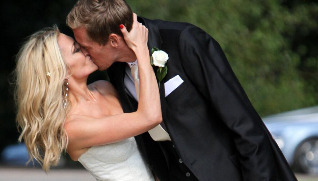 KYSSET: Clancy og fotballstjernen kysset foran fotografene. Foto: All Over Press