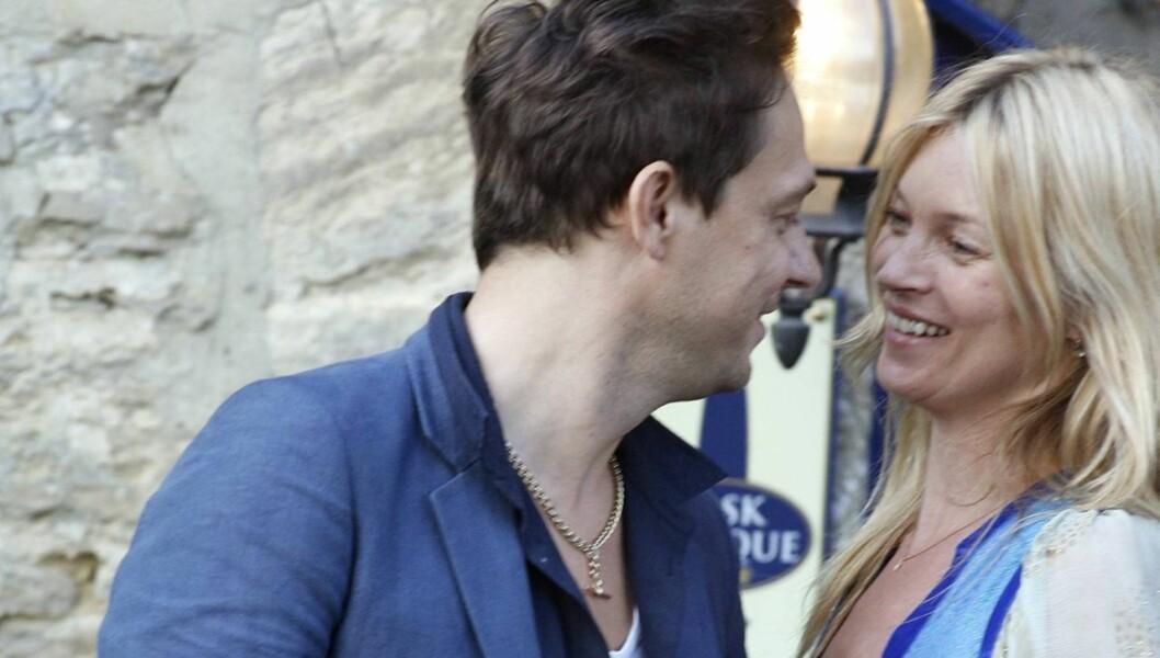GIFTER SEG: Kate Moss sier, ifølge engelske medier, ja til sin Jamie Hince fredag. festen vil vare i tre dager. Foto: All Over Press