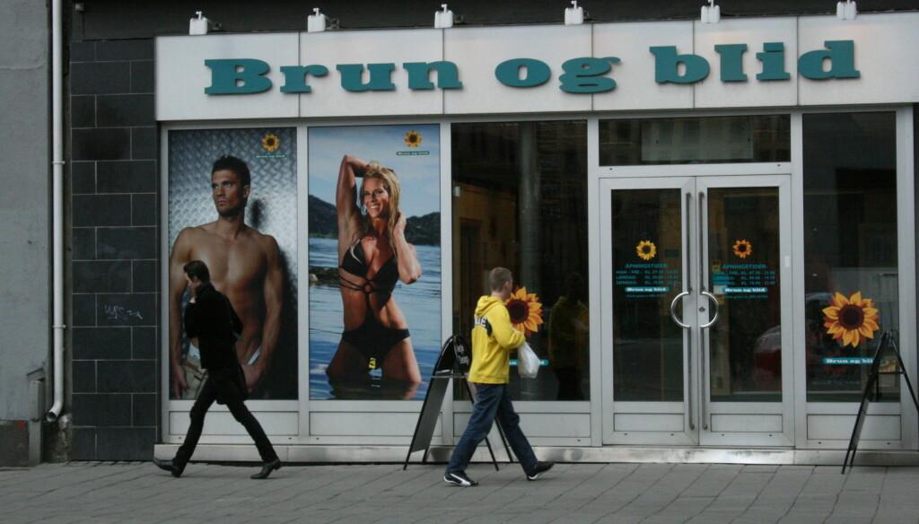 I STRID: Cathrine Larsåsen (i reklameplakaten midt i bildet) er glad kjeden har skaffet seg en ny modell, som forhåpentligvis vil bli behandlet bedre enn henne av Brun og Blid. Foto: Anders Myhren/Seher.no