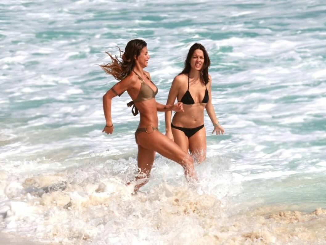 <strong>DEPPER IKKE:</strong> I Cancun er også modellen og skuespilleren Elisabetta Canalis, som ikke så ut til å deppe over at hun nylig ble dumpet av filmstjerne-kjæresten George Clooney. Foto: Black Sheep/Solar
