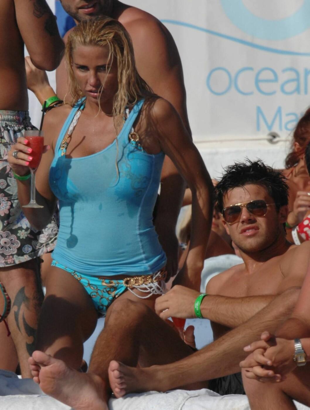 <strong>VIVA ESPANA:</strong> Katie Price og hennes nye kjæreste Leandro Penna har valgt å slappe av på stranden Ocean Beach på den spanske øya Tenerife. Foto: All Over Press